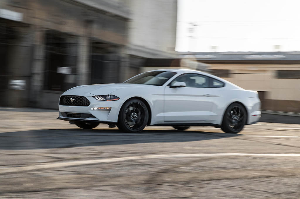 21 2018 Ford Mustang EcoBoost front side in motion - بررسی فورد موستانگ اکوبوست 2018
