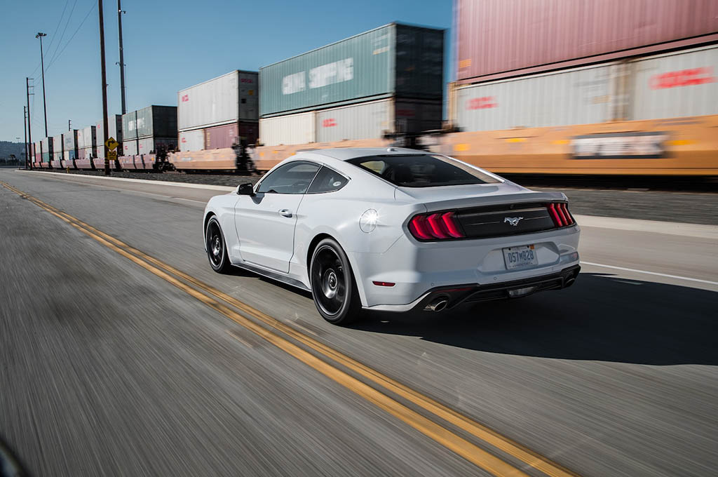 22 2018 Ford Mustang EcoBoost rear three quarter in motion - بررسی فورد موستانگ اکوبوست 2018