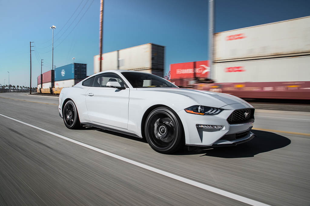 4 2018 Ford Mustang EcoBoost front three quarter in motion 02 - بررسی فورد موستانگ اکوبوست 2018